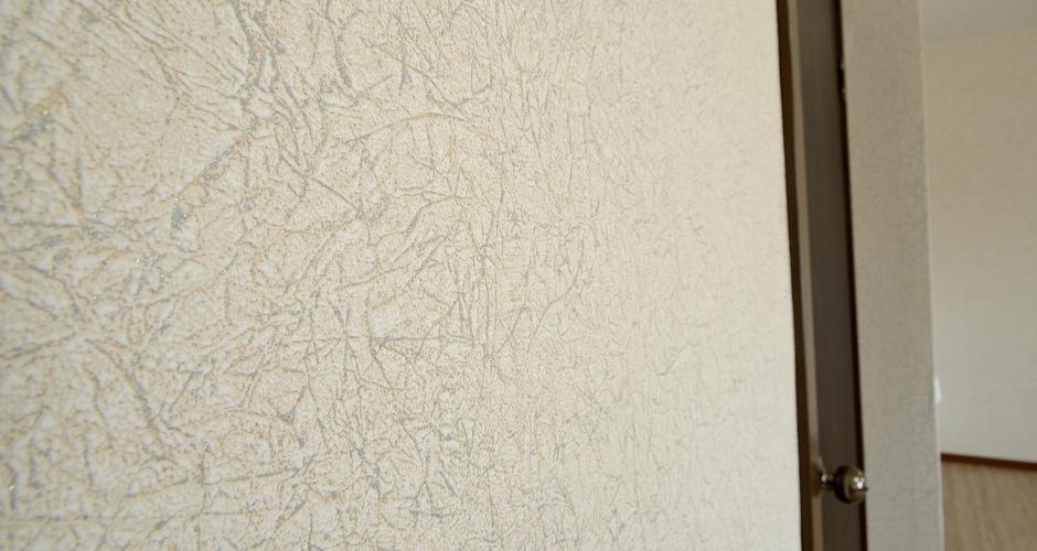 Виниловые обои на стене. Улучшенный ремонт в ЖК Платовский Ростов-на-Дону.